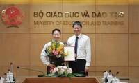 Thứ trưởng Bộ GD&ĐT ông Lê Hải An trao quyết định bổ nhiệm Phó chánh văn phòng Bộ cho ông Nguyễn Việt Hùng.