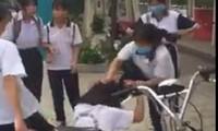 Hình ảnh nữ sinh đánh bạn được cắt từ clip