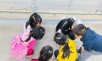 Trẻ mầm non cơ sở này trong một hoạt động giáo dục ngoài trời.