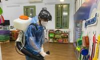 Học sinh nghỉ, các nhà trường tiếp tục vệ sinh trường học.