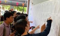 Phụ huynh xem điểm tuyển sinh lớp 6 năm ngoái tại trường Lương Thế Vinh