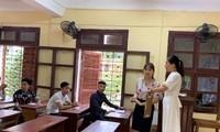 Cán bộ coi thi ở một điểm thi tại Thanh Hoá kỳ thi THPT quốc gia 2019.