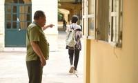 Thí sinh đến muộn phải bỏ thi ở điểm thi THPT Phan Đình Phùng. (Ảnh: Kênh 14)