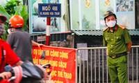 Lực lượng chức năng phun khử khuẩn, phong toả khu dân cư ở đường Hoàng Hoa Thám, quận Tây Hồ (Hà Nội)