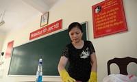 Giáo viên tại Hà Nội vệ sinh lớp học để phòng tránh dịch (ảnh: Như Ý)
