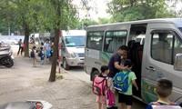 Trường tiểu học Đoàn Thị Điểm lại bỏ quên học sinh trên xe đưa đón.