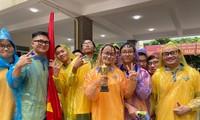 Thầy trò lớp 12 Toán 1, rường THPT Chuyên đại học Sư phạm Hà Nội mang cup đến cổ vũ cho thí sinh tại điểm cầu.