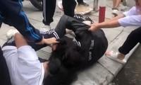 Học sinh Trường THPT Huỳnh Thúc Kháng (Thanh Xuân, Hà Nội) đánh nhau ngay trước cổng trường.