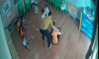 Phụ huynh xông vào lớp học đánh trẻ 2 tuổi.