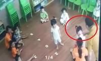 Phụ huynh đánh trẻ 2 tuổi trong lớp học (ảnh cắt từ clip).