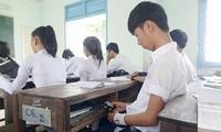 Quy định cho học sinh dùng điện thoại trong giờ học gây tranh cãi.