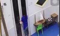 Cô giáo đóng cửa sau khi nhốt trẻ bên ngoài (ảnh trích xuất camera).
