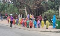 Hình ảnh 75 trẻ mầm non ở Hải Dương mặc áo mưa đi cách ly