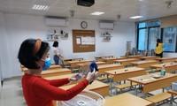 Trường học tại Hà Nội đang lau rửa bàn ghế để đón học sinh ngày 2/3 tới.