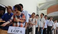 """Phụ huynh xếp hàng mua hồ sơ tuyển sinh lớp 6 trường """"hot"""" tại Hà Nội."""
