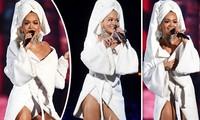 Ca sĩ nóng bỏng Rita Ora gây sốc khi diện khăn tắm lên thảm đỏ