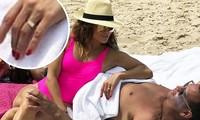 Jennifer Lopez lộ nhẫn đính hôn khi đi tắm biển cùng bồ trẻ