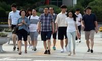 Thị trưởng thành phố Changwon Huh Sung Moo xuống phố cùng các nhân viên trong trang phục quần short, giày thể thao để khuyến khích nam giới mạnh dạn mặc quần áo thoải mái đi làm.