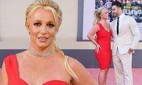 Britney Spears đắm đuối hôn bạn trai kém 12 tuổi trên thảm đỏ