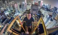 'Thót tim' xem anh chàng vắt vẻo trên nóc nhà cao tầng để chụp ảnh