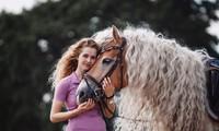 Bộ ảnh tuyệt đẹp của cô chủ và chú ngựa 'tóc mây' kỳ lạ