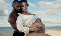 Mẫu béo Ashley Graham chụp ảnh bầu táo bạo bên chồng