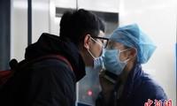 Xúc động nữ y tá hôn bạn trai qua tấm kính cách ly giữa mùa dịch corona