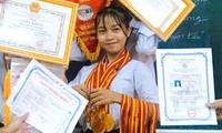 Cô bạn lớp 10 khoe loạt bằng khen, đeo huy chương trĩu cổ kín tay