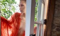 Bella Hadid mặc váy mỏng tang không nội y trên tạp chí Elle