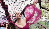 Bella Hadid mặc váy cúp ngực thả dáng cực gợi cảm