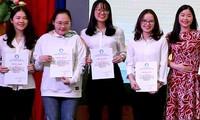 Tác giả (thứ hai, từ trái qua)