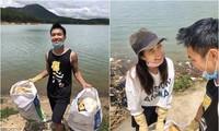 Vợ chồng trẻ dọn rác bảo vệ môi trường
