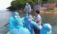 Chàng trai 19 tuổi đi thuyền, vượt mưa bão lấy mẫu xét nghiệm cho người dân trên đảo