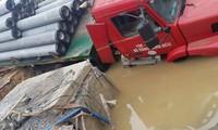 Sự cố vỡ ống nước DN400 tại cầu vượt Phú Thụy (Gia Lâm, Hà Nội)