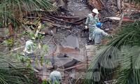 Công nhân vệ sinh môi trường đang thu gom phế thải còn lại sau vụ cháy. Ảnh: Hoàng Mạnh Thắng