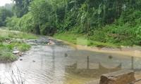 Nước suối đầu nguồn nước sông Đà chuyển màu đen do bị ô nhiễm
