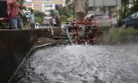 Viwaco tiến hành súc xả bể nước ở các khu chung cư bị ảnh hưởng