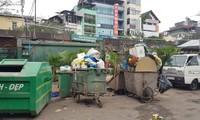Rác chất đầy các xe của đơn vị vệ sinh môi trường