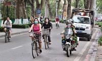 Đội CSGT trật tự Công an quận Hoàn Kiếm tuần tra kiểm soát, tuyên truyền nhắc nhở người dân đi tập thể dục chấp hành đeo khẩu trang phòng chống lây lan dịch COVID-19