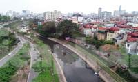 Sông Tô Lịch đen kịt, ô nhiễm, làm ảnh hưởng đến cuộc sống của người dân. Ảnh: Hoàng Mạnh Thắng