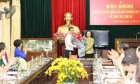 Phó Bí thư Thường trực Thành ủy Ngô Thị Thanh Hằng trao quyết định và tặng hoa chúc mừng tân Bí thư Huyện ủy Đan Phượng Trần Đức Hải.