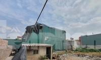 Một ngôi nhà đang bịt tôn và xây dựng bên trong