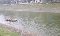 Từ mực nước chết, ô nhiễm, sông Tô Lịch mấy ngày qua đã có dòng chảy trong xanh khi được xả nước từ Hồ Tây.