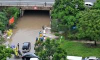 Ngập nặng tại hầm chui đại lộ Thăng Long do mưa lớn và nước sông Nhuệ dâng. Ảnh: Tuấn Nguyễn
