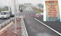 """Sau """"Lễ thông xe cao tốc Bắc Giang - Lạng Sơn"""" ngày 29/9, tuyến đường căng rào chặn phươn tiện đi vào. Ảnh: A.Trọng"""