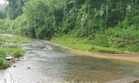 Mặc dù ngày 13/10 trời có mưa, nhưng màu nước sông dẫn vào Nhà máy nước Sông Đà vẫn chuyển sang màu đen. Ảnh: Trần Hoàng