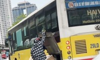 """Xe buýt hoạt động như """"xe dù"""" trên đường Phạm Hùng, Hà Nội chiều 22/5."""