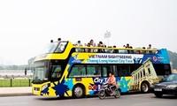 Tuyến buýt du lịch 2 tầng thoáng nóc số 02 Hà Nội hoạt động trên đường Hà Nội.