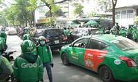 Tài xế GrabBike tập trung phản đối tại trụ sở Grab ở Cầu Giấy, Hà Nội