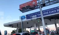 Ùn tắc kéo dài tại làn thu phí ETC trạm Cao Bồ thời gian qua.
